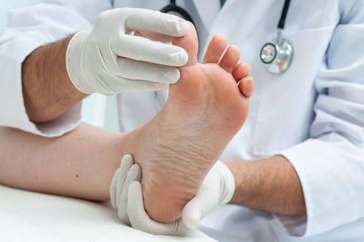 Появились темные пятна на ногтях больших пальцев ног: причины, что делать?