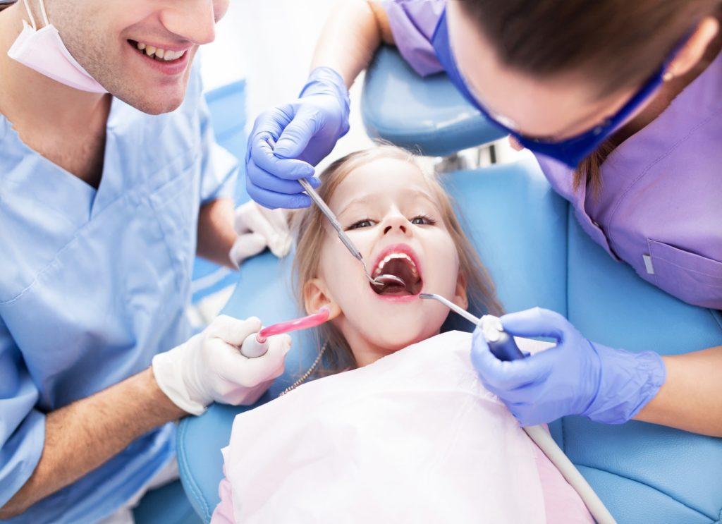 Прыщи на деснах у взрослых и детей - фото, причины, симптомы, лечения