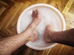 Прыщи на ногах - все причины у взрослых и детей и как лечить