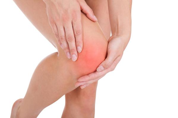 Почему происходит опухание колена и больно ходить