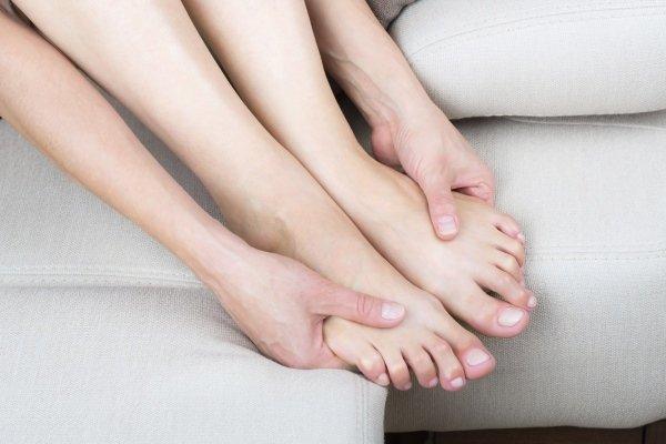 Почему немеют ноги ниже колена