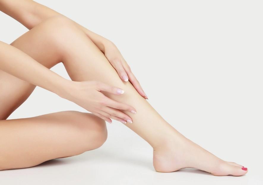Почему появляются черные точки на ногах