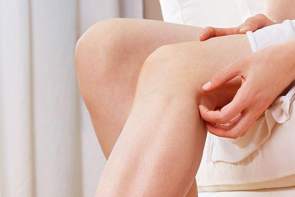 Зуд коленей бывает вызван разными факторами